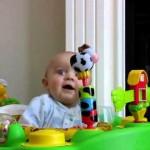 【お笑い】ママのあの音に恐怖に陥る赤ちゃん