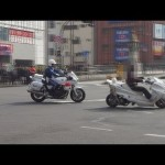 白バイ、違反バイクを検挙。The police motorcycle which arrested the motorcycle of the traffic violation.