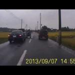 セレナ?の暴走女性ドライバーを覆面クラウンが捕らえる瞬間・・・