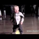 【目を疑う!】2歳の男の子のダンスが立派で凄すぎる!