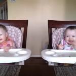 【かわいい!】ギター演奏が始まるとノリノリになる双子の赤ちゃん!