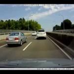 接触寸前 レクサスを追いかけるベンツ  ドライブレコーダー