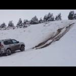 スズキ ジムニー VS トヨタ ランドクルーザー プラド 雪の登坂力対決