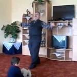 【思わず爆笑!面白すぎ!】孫の前で愉快に踊るおじいちゃん!