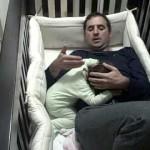 【かわいい!】寝てる赤ちゃんを起こさずに脱出!