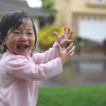 【しみじみと初体験!】生まれて初めて雨に触れた女の子の素直な喜び!