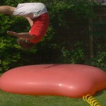 【大迫力の映像!実験動画】巨大水風船に大人の男性2人が飛び乗ったらどうなるか?