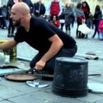 【凄すぎ!本物の超一流!】廃品でダンステクノミュージックを奏でる謎の男性!