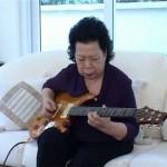 【超かっこいい!】ブルースギターを演奏する73歳のおばあちゃん!