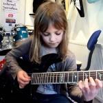 【びっくり!】8歳の少女の超高速ギターソロ!