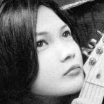 【フェンダーのギターもリアル!】YUIの鉛筆画!