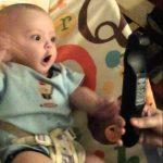 【ワラタ!かわいい】リモコンを向けると踊る赤ちゃん!