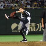 【石原さとみがノーバン!】村田兆治が直接伝授したマサカリ投法で始球式!