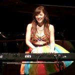 【水着で演奏!】ジャズピアニスト高木里代子がDJ KOOと共演!