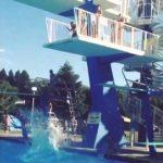 【びっくり!】プールの高い飛び込み台で足を滑らせてそのままダイブ!