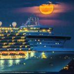 【赤い満月と巨大豪華客船のコラボレーション!】アメリカのロードアイランド州の海岸!